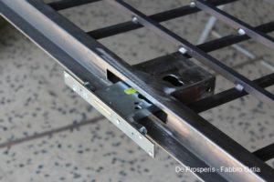Serratura di sicurezza Cisa inserita nell'alloggiamento del cancello