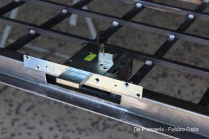 Serratura di sicurezza con cilindro europeo Cisa in fase di montaggio su cancelletto