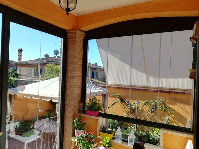 Vetrata panoramica con porta a vetro chiusa