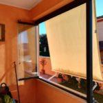 Vetrata panoramica a fisarmonica con pannelli in vetro aperti