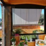 Vetrata panoramica con porta scorrevole in vetro aperta