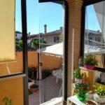 Vetrata panoramica con porta in vetro aperta
