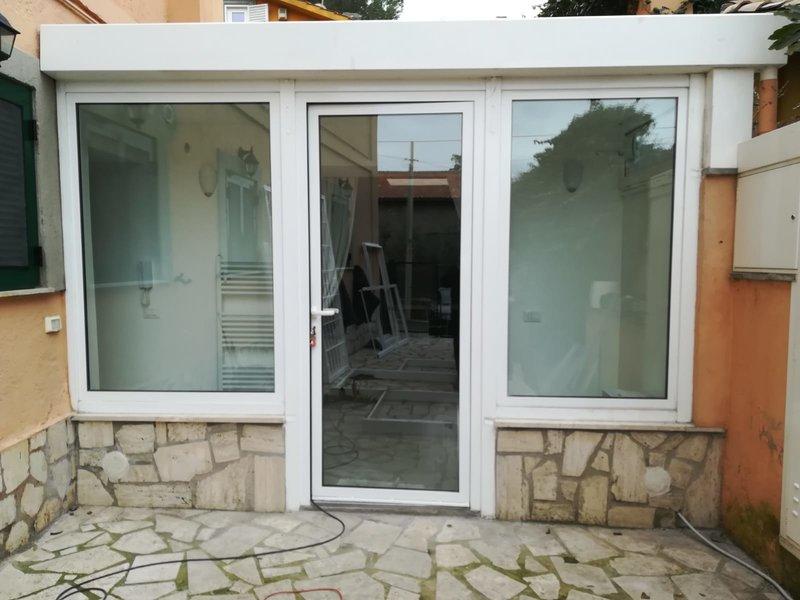 Porte e finestre in PVC rifinito colore bianco